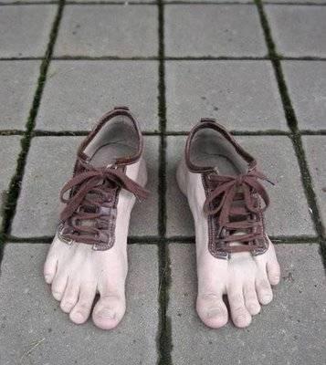 sepatu yang aneh......kereennn dan unik ...tapi agak menjijikan ya....N jangan lupa WOW nya ya....