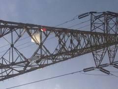 JAKARTA(Pos Kota)– Seorang lelaki belum diketahui identitasnya nekat memanjat tower listrik betegangan listrik di Jl.Pasar Senen, Kecamatan Senen, Jakarta Pusat, Kamis (3/1) pagi.