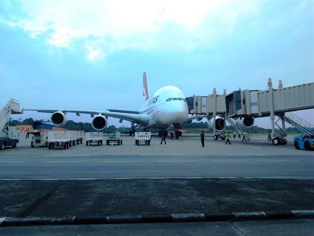 Airbus A380 (jumbo jet) juga pernah loh singgah di indonesia , walaupun bandara di indonesia belum bisa menampung A380 , namun terlihat A380 milik maskapai Qantas sedang singgah di Hang Nadim , Batam.
