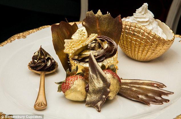 cupcake termahal di dunia Dengan nama The Golden Phoenix, siapa pun pati akan menebak bahwa ini bukan cupcake biasa. Dengan harga yang mengejutkan £645, cupcake ini menjadi cupcake yang paling mahal diDUNIA
