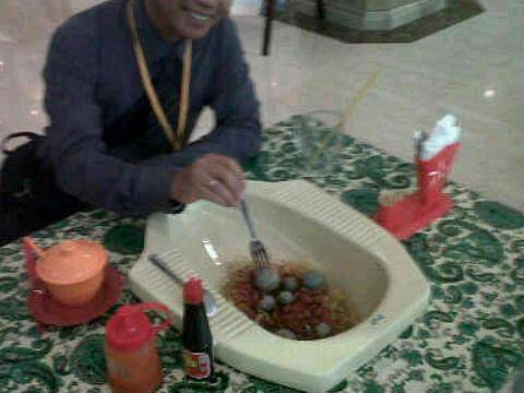 siapa yg mau makan kalau mangkuknya seperti ini ? , klik wow nya .. :)