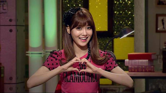 Sooyoung makes a heart for you.