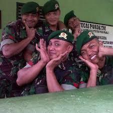 apa jadinya negara indonesia kita ini,, kalau tentarana mantan waria kayak begini.. lebayyyyyyyyyyyyyyy... woooww.. kiut y tentara kita.