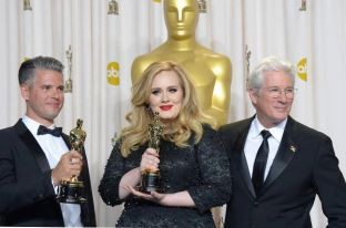 Adele,Paul Epworth,And I dont Know .. !! hehe mereka para pemenang Academy Award ( oscar ) :) Dalam Nominasi best original Song ;)
