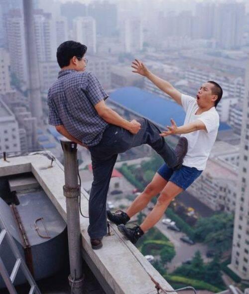 Kelewat kejam nich orang , menendang temannya dari atas gedung bertingkat ...