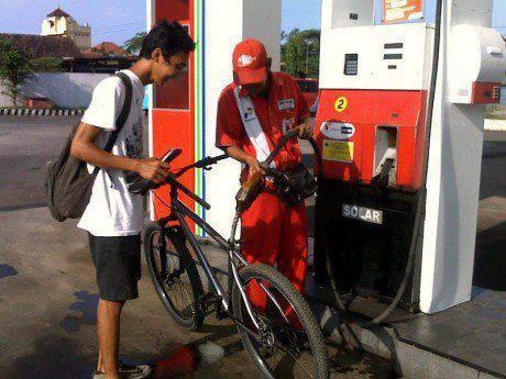 udah pernah belom klian liat sepeda ontel d isiin solar.. ..