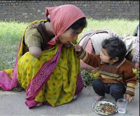 Seorang anak kecil ini dengan ikhlas menyuapi Ibunya yang cacat. Jika anda kagum melihat ini silakan klik WOW
