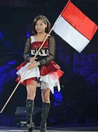 Haruka Nakagawa anggota dri sister grup JKT48 dengan bangganya memegang bendera MERAH PUTIH.. padahal ia sendiri warga negara dari jepang.. `No Coment yh! N Follow @SquadGaruda_ID WOW donk...