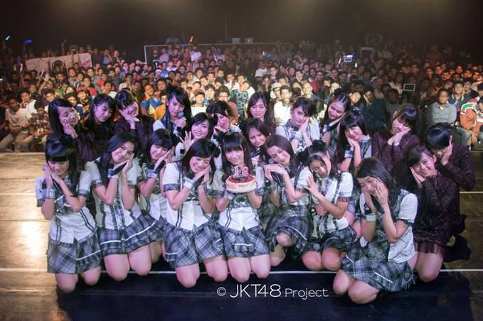 Perayaan ulang tahun Ayana Shahab di Teater JKT48, 3 Juni lalu. Semuanya bergaya ala Ayana >_< Cr: Fanpage JKT 48