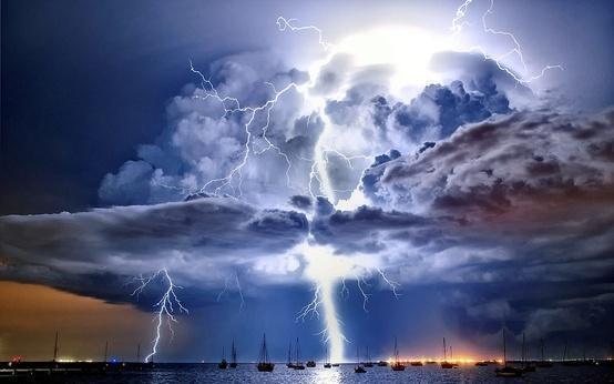 Petir yang menerangi awan cumulonimbus, dia atas teluk Corio, Victoria. kLIK WOWNYA SOB