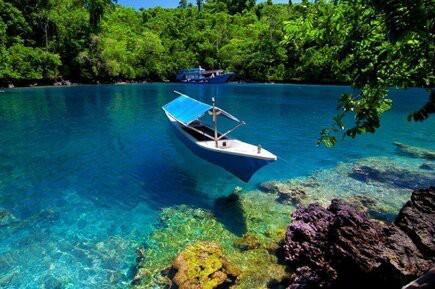 Pantai Sulamadaha di Ternate, Maluku disebut juga sebagai Pantai Kaca karena airnya sangat jernih bagaikan kaca. Jangan Lupa WOW Nya! Follow Twitter @AriesBintangkuu