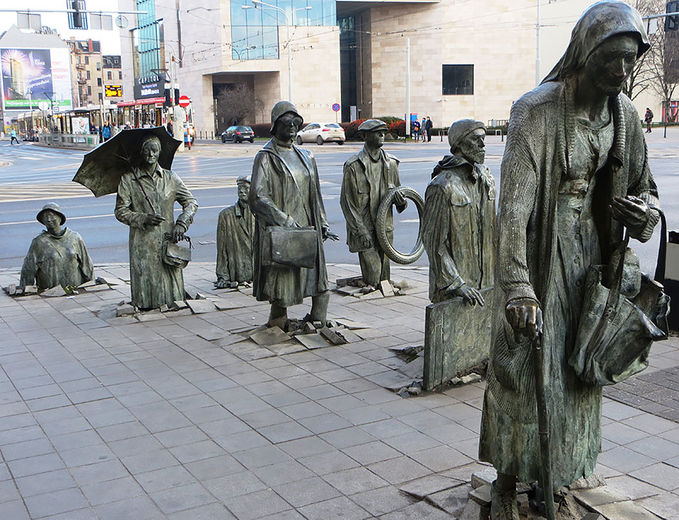 Sobat pulsker, bagaimana menurut kalian patung ini? So Awesome. -The Monument Of An Anonymous Passerby, Wroclaw, Poland-