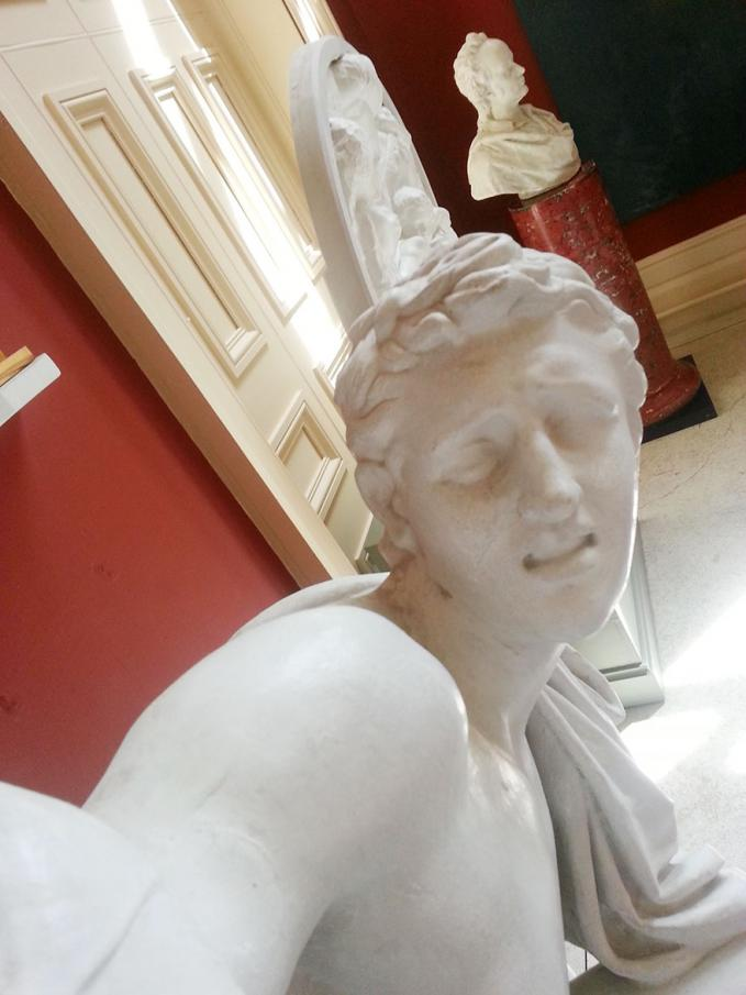 Patung juga gak pengen ketinggalan buat selfie..