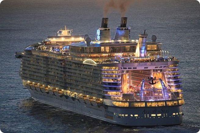 Yang ini namanya Allure of The Seas. Kapal ini menyediakan fasilitas untuk 25 ruang santap yang berbeda loh :D
