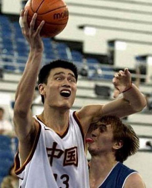 Demi merebut bola basket yang akan di shoot ke ring, pemain basket ini menjilat ketek lawannya. Bikin ngakak nih :))