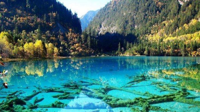 Wowwww beningnya Lembah Jiuzhaigou terletak di Nanpin, sebelah utara kota Chengdu, China. Lembah ini sering disebut sebagai gunung suci oleh orang-orang tibet setempat. Luas arenya adalah 230 mil persegi, berisi hutan yang indah, danau yang aduhai. Lembah