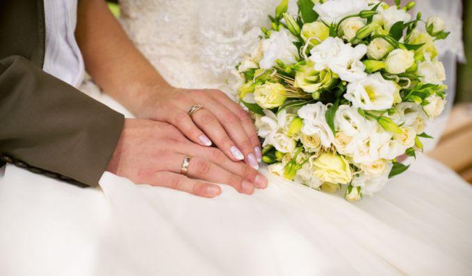 4. Tradisi Cincin Kawin Bagi banyak orang Rusia, itu adalah tradisi untuk memakai cincin pernikahan Anda di jari manis kanan Anda. Negara-negara seperti Ukraina, Polandia, Georgia, Jerman, Spanyol, Austria, India dan Yunani memiliki tradisi serupa m