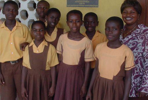 8 - Ghana Meskipun serba kekurangan, Ghana masih menetapkan penggunaan seragam sekolah. Walaupun terbuat dari bahan kain yang murah, seragam ini terlihat menarik.