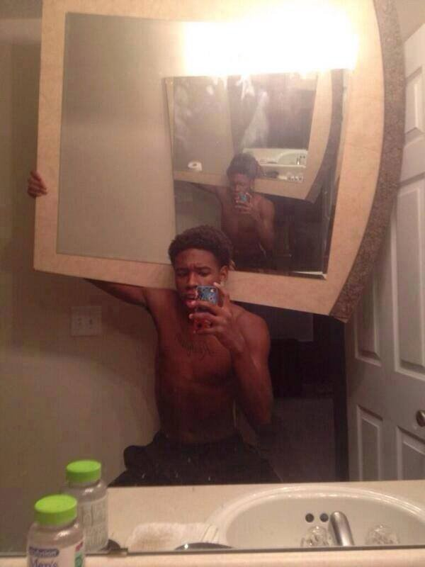 Rela banget ngangkat kaca berat buat selfie..