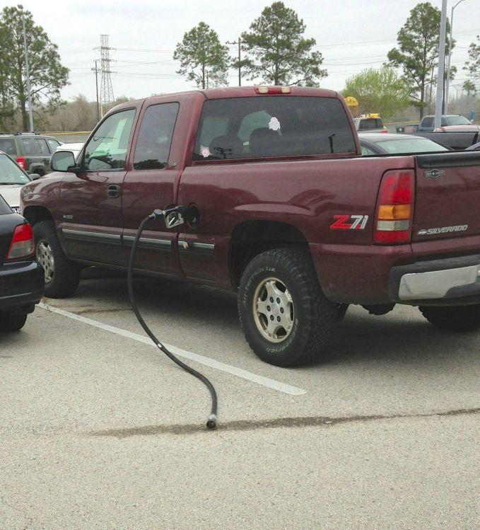 duh, kalo lagi ngisi bensin di pom jangan terburu-buru deh ya..