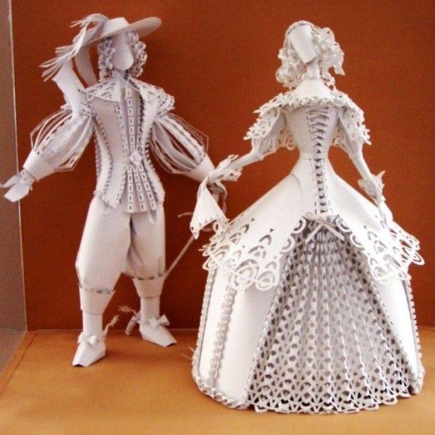 #12 MINIATUR Asya Kozina pada awalnya membuat karya-karya dari potongan kertas dalam bentuk kecil. Ini adalah salah satu contohnya. Yaitu miniatur pasangan yang menggunakan busana klasik khas Eropa.