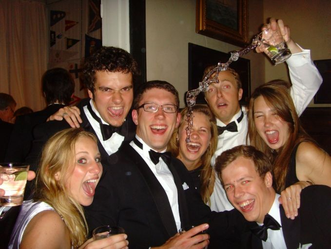 foto kenangan acara prom night. Untungnya, gadis di foto itu masih belum basah.