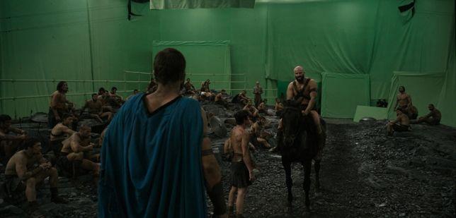 DI BALIK LAYAR – 300: RISE OF AN EMPIRE Syuting adegan ini sebenarnya dilakukan di dalam studio yang dibuat khusus. Tanah dan batu-batu hitam memang benar-benar didatangkan untuk adegan ini. Tetapi selebihnya diolah menggunakan teknologi efek visual.