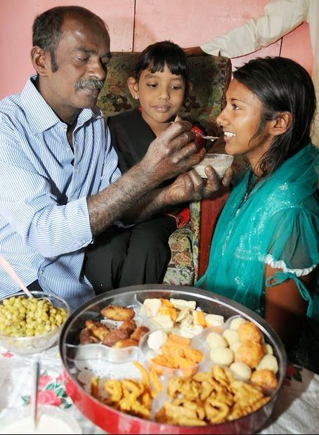 Fiji Di negara kecil Fiji pun terdapat tradisi serupa. Negara tersebut memang mayoritas non-Muslim. Namun, ada tradisi unik dalam perayaan Idul Fitri. Hidangan spesial khas Idul Fitri adalah samai, mi manis yang dicampur dengan susu. Samai disajikan bersama samosas, sejenis kari ayam atau daging. Uniknya, hanya kaum pria yang datang ke masjid untuk shalat Id.