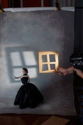 Dengan karton yang dibentuk seperti jendela, membuat foto ini terlihat seperti boneka yang memegang bayangan jendela.