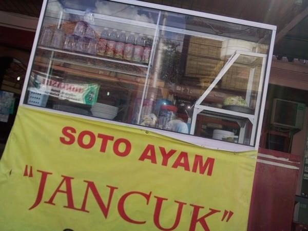 Soto Ayam Jancuk Buat kamu yang berasal dari Jawa terutama Surabaya, pasti tahu jika jancuk adalah bahasa makian yang sangat kasar. Nah lho, tapi kenapa soto ayam ini namanya soto ayam jancuk? Mungkin karena soto ini rasanya sangat pedas sampai-sampai yang memakannya ingin memaki janc*k Pulsker.