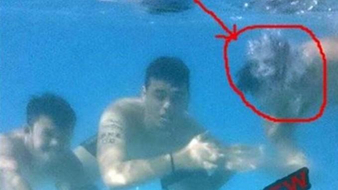 Lagi asik-asik renang dan berfoto dibawah air, ternyata ada makhluk iseng yang juga ingin memperlihatkan wujudnya.