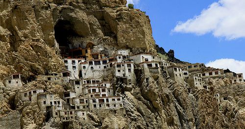 Hmm, gimana rasanya ya hidup di tengah tebih-tebing begini?. Ya, desa ini adalah Phugtal Moastery yang berada di antara tebing dan goa di wilayah Zanskar, India pulsker. Ditemukan pada awal abad ke-12 silam dan tersembunyi hingga terekspose dunia luar pada tahun 1800-an ketika Alexander Cosmo de Koros mengunjungi dan tinggal disana.