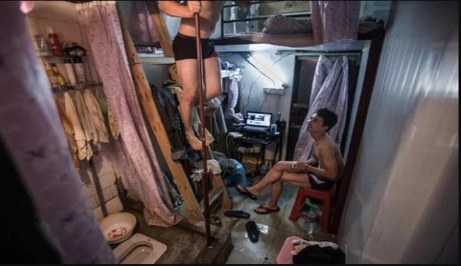 Apalagi yang ini, di kamar yang kecil seperti ini, apa masih bisa ya kita makan di dalamnya?