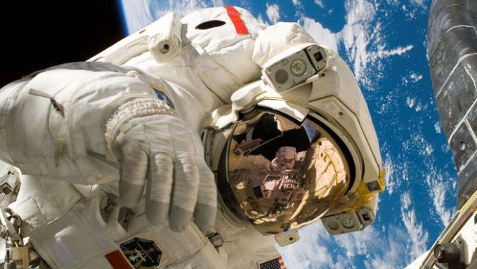 Baju astronaut sangatlah mahal. Mungkin inilah alasan kenapa astronaut juga menjadi pekerjaan termahal di dunia.