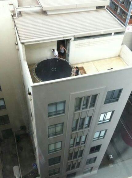 Mending main trampolinnya di lapangan atau dibawah aja gimana?. Jatuh dari situ nggak lucu lho kalau kalian terjun bebas.
