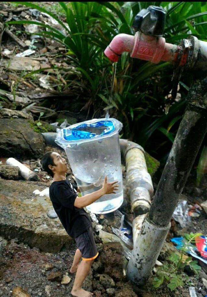 Gambaran tentang betapa sulitnya untuk memperoleh air bersih yang masih terjadi di berbagai daerah.