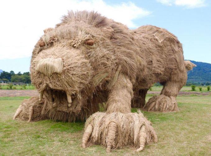 Juga ada monster singa yang berpose dengan posisi siap mengambil ancang-ancang buat menerkam.