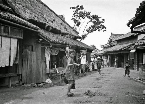 Saat pagi hari, kampung mulai ramai lalu lalang warga yang beraktivitas.