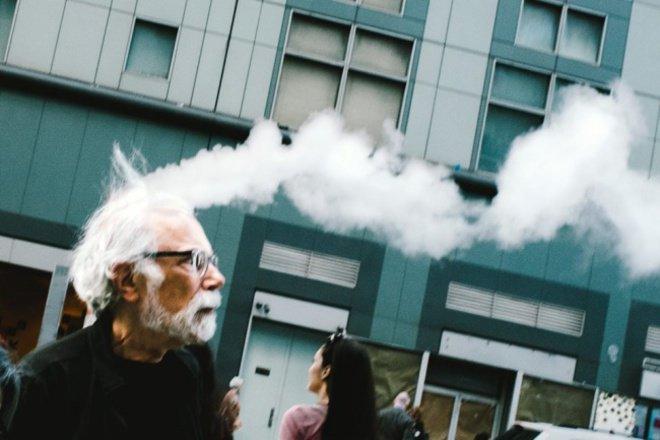 Kepala pria tua yang mengeluarkan asap. Sebuah kebetulan yang sempurna.