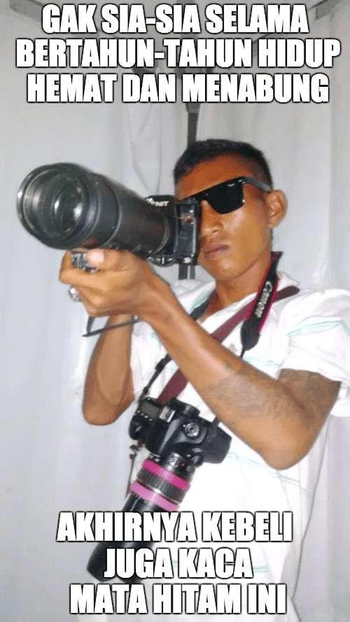 Kacamata hitamnya mungkin lebih mahal dari kameranya kali ya Pulsker?
