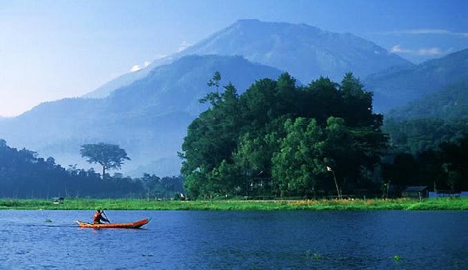 Danau Rawa Pening Semarang Berdasarkan legenda danau yang dikaitkan dengan kisah siluman ular ini adalah bagian kerajaan lelembit. Suara gamelan yang sangat keras juga sering muncul. Kemunculan suara gamelan ini adalah sebagai pertanda akan adanya korban tenggelam di danau ini.