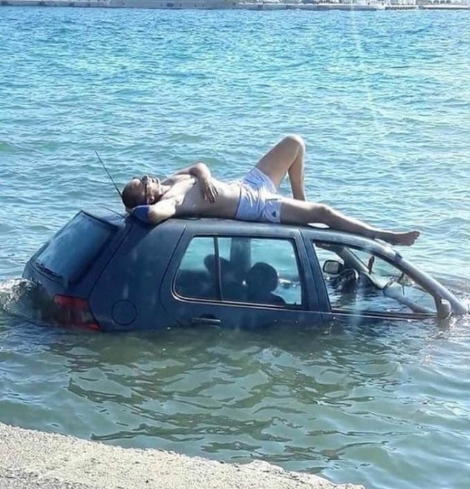 Bodo amat mobil tenggelam yang penting bisa nikmatin liburan di akhir pekan.