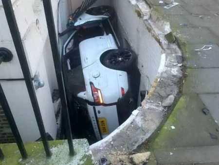 Gimana caranya sih mobil ini bisa terdampar di dalam sana?