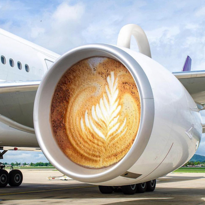 Pas banget editannya, secangkir minuman berpadu dengan badan pesawat.