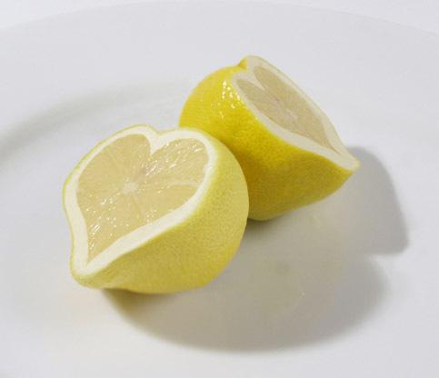 Kalau tadi ada semangka berbentuk hati, ada juga lho lemon yang berbentuk hati sob.