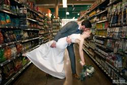 Pasangan Ini Menikah di Tempat Nggak Lazim, Mana Saja Ya Tempatnya?
