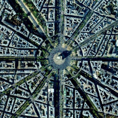 Dilihat dari atas, foto sekitaran Arc de Triomphe di Paris, Perancis terlihat simetris banget penataannya guys.