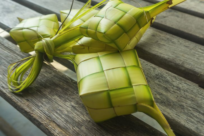 Ketupat Sebagian besar masyarakat Jawa di Indonesia mempercayai ketupat sebagai simbol keberuntungan apabila digantung didepan pintu dalam momen-momen tertentu seperti lebaran.