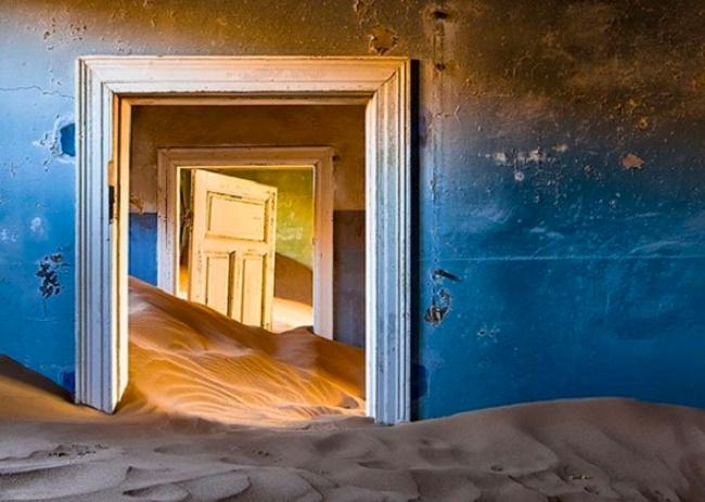 Kalo gini kayak di film-film yang mengusung tema apocalypse atau kiamatnya dunia. Dimana bangunannya dipenuhi dengan pasir.