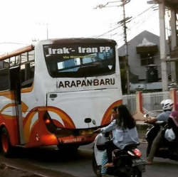 10 Tulisan di Belakang Bus yang Isinya Bikin Ngakak